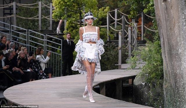 Kaia đã được mời trình diễn tại tuần lễ thời trang New York và Milan trước đó