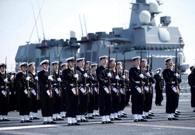 Các thành viên của Lực lượng phòng vệ biển Nhật Bản trong lễ tiếp nhận tàu Kaga (Ảnh: Reuters)