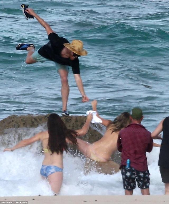 Mải tạo dáng bán khỏa thân, siêu mẫu Kate Upton ngã nhào xuống biển - 4