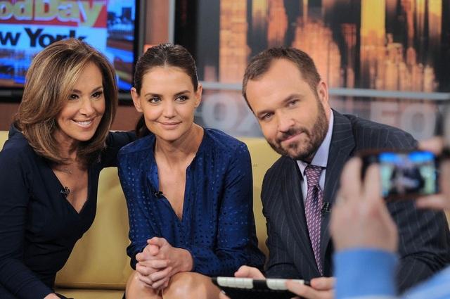 Katie tới trả lời phỏng vấn của đài Fox tại New York, ngày 28/3.