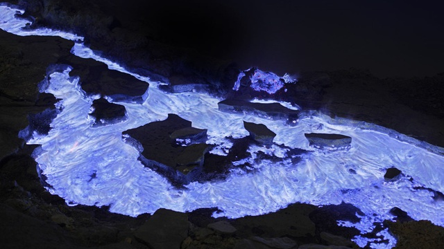 Thay vì màu đỏ thường thấy, dòng nham thạch này lại có màu xanh khác lạ