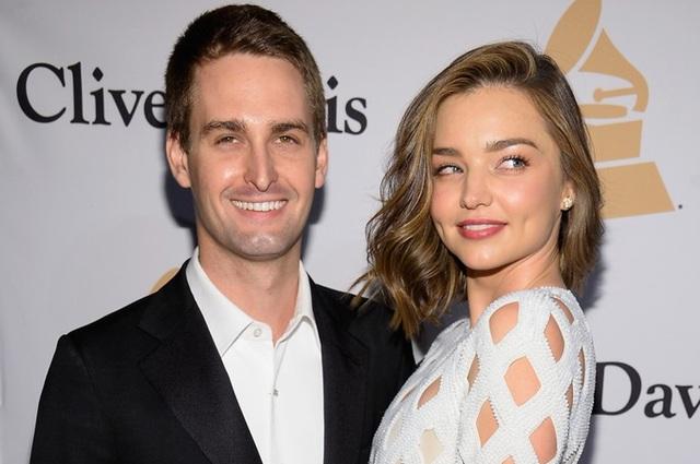 Cựu thiên thần Victorias Secret Miranda Kerr vừa kết hôn với tỷ phú công nghệ kém cô 7 tuổi Evan Spiegel trong hôn lễ diễn ra tại nhà riêng của họ ở Brentwood, California, Mỹ