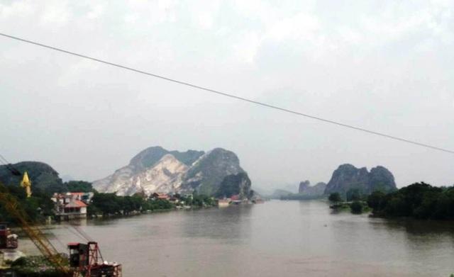Kẽm Trống nhìn từ xa một bên dãy núi Vắt Ra phía Ninh Bình khai thác đá trắng xóa