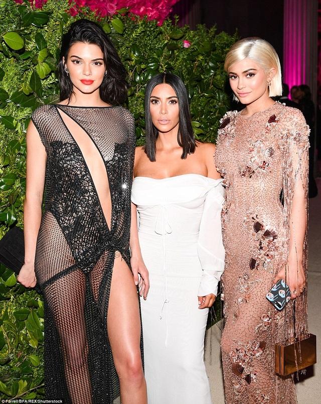Cô Kim cũng tham dự sự kiện nhưng mờ nhạt hơn hẳn 2 em gái
