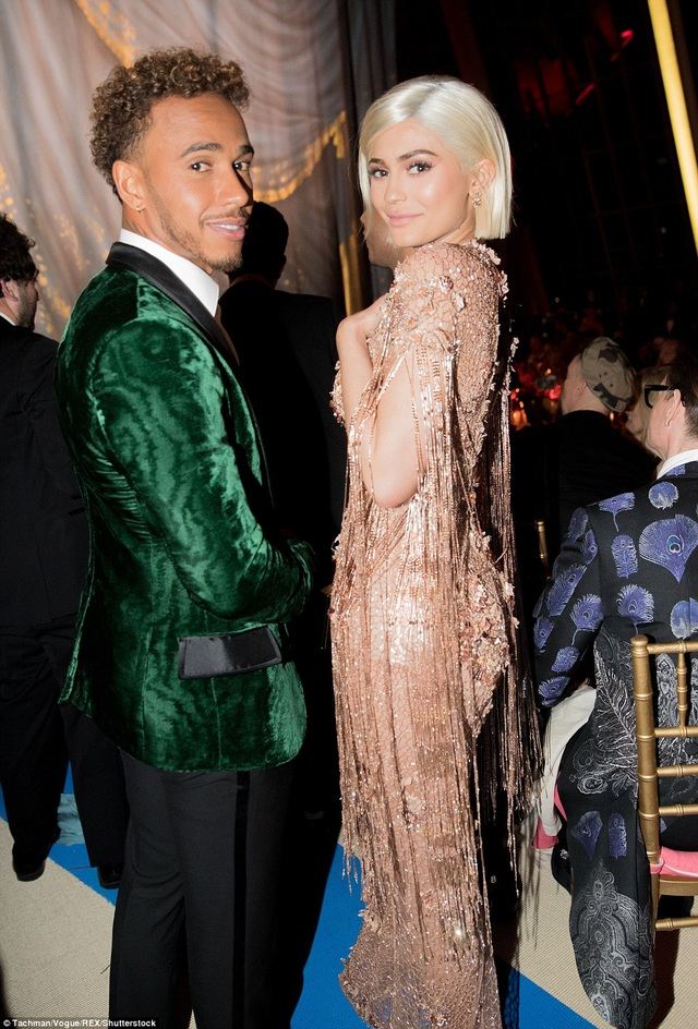 Kylie trò chuyện vui vẻ với tay đua công thức 1 Lewis Hamilton trong buổi tiệc