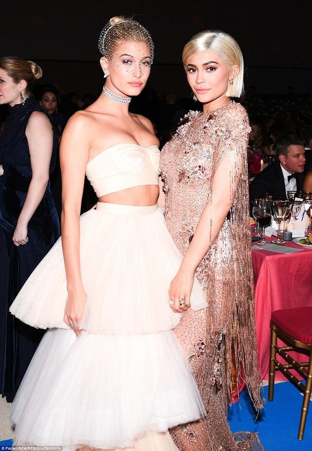 Em cô Kim vui vẻ chụp hình cùng bạn thân - Hailey Baldwin, bạn gái cũ của Justin Bieber