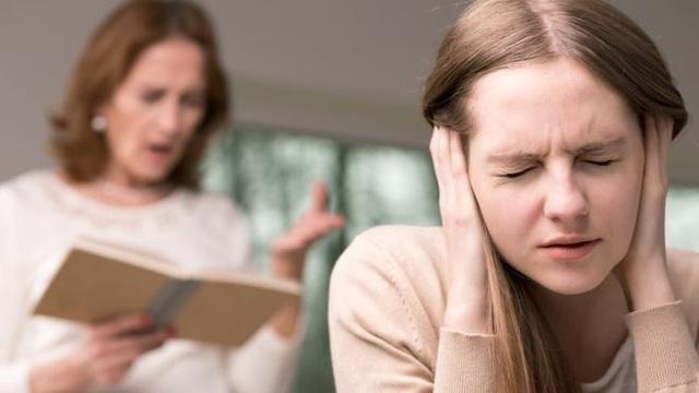 Sự kỳ vọng quá mức của bố mẹ khiến điểm thi trở thành nỗi ám ảnh với con trẻ. (Ảnh minh họa)