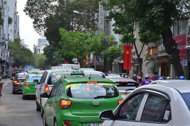 Ô tô xếp hàng dài trên đường Lý Tự Trọng.