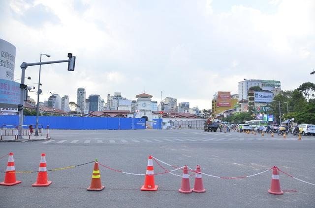 Vòng xoay trước chợ Bến Thành và trạm xe buýt cũ được rào chắn để thi công nhà ga Metro Bến Thành