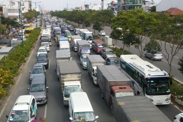 Đường Phạm Văn Đồng dẫn vào Tân Sơn Nhất kẹt cứng nhiều giờ - 1