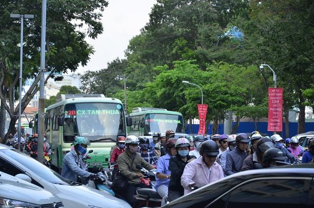 Các tuyến đường ở quận 1 kẹt cứng trong ngày đầu lực lượng chức năng tiến hành phân luồng thi công nhà ga Metro
