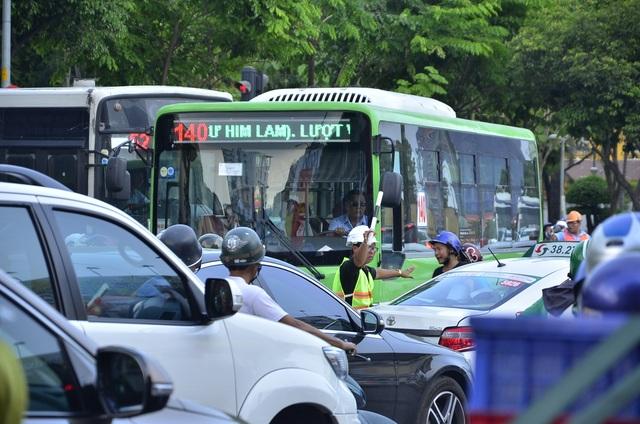 Nhân viên thuộc đơn vị thi công tham gia điều tiết giao thông trên đường