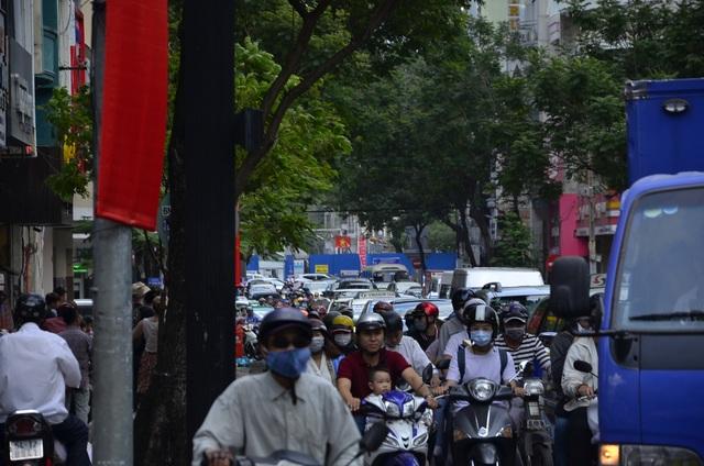 Các phương tiện chen chúc trên đường Trường Định