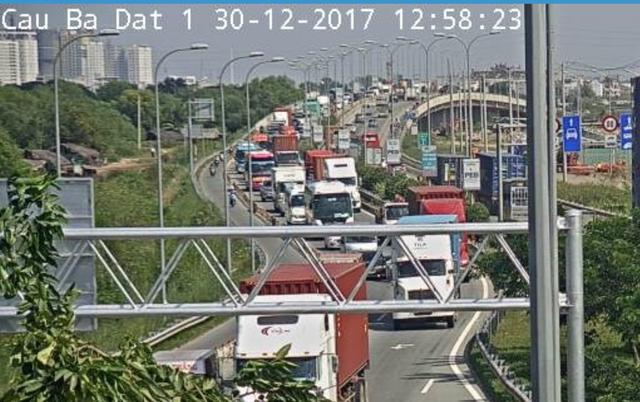 Cao tốc Long Thành - Dầu Giây cũng ùn ứ lúc 13h chiều nay (ảnh chụp qua camera).