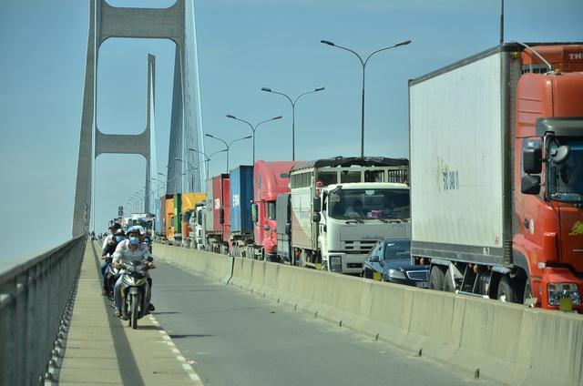 Dòng ô tô không thể di chuyển giữa cầu Phú Mỹ