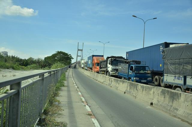 Các phương tiện chật kín trên cầu