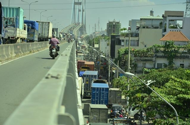 Đường dẫn lên cầu Phú Mỹ phía Huỳnh Tấn Phát cũng kẹt cứng