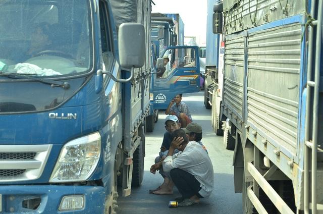 Tình trạng kẹt xe kéo dài khiến nhiều tài xế rời ca bin xuống đường... tán gẫu.