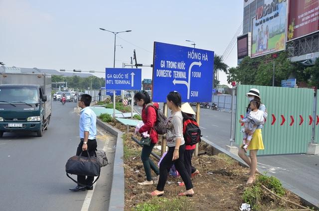 dân bỏ taxi chạy bộ vào sân bay