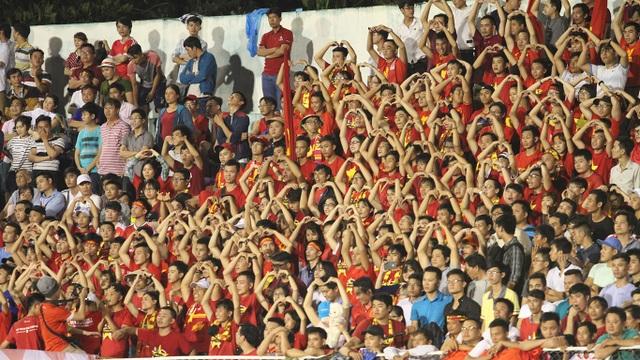 Hình ảnh ngộ nghĩnh trên khán đài: Một số CĐV dùng tay kết hình trái tim gửi đến đội tuyển
