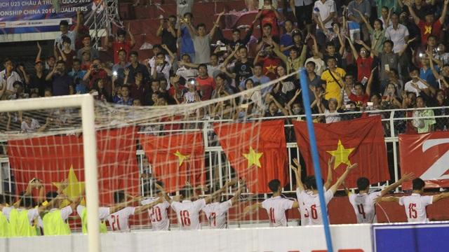 Màn chào khán giả theo kiểu Viking của cầu thủ U22 Việt Nam sau trận đấu