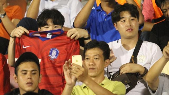 Trong số gần 2 vạn người đến sân Thống Nhất tối 23/7 có cả CĐV Hàn Quốc