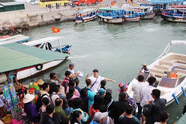 Du khách chuẩn bị lên ca nô tham quan Vịnh Nha Trang, Khánh Hòa - Ảnh: Viết Hảo