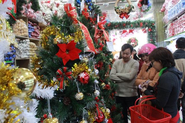 Nhộn nhịp người xem, người mua đồ trang trí trước Noel