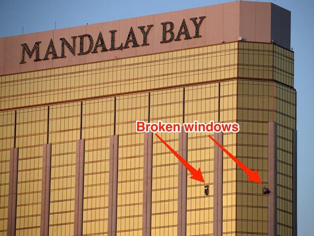 Vị trí hai cửa sổ bị đập vỡ tại căn phòng do Stephen Paddock thuê trên tầng 32 của khách sạn Mandalay Bay (Ảnh: Snopes)