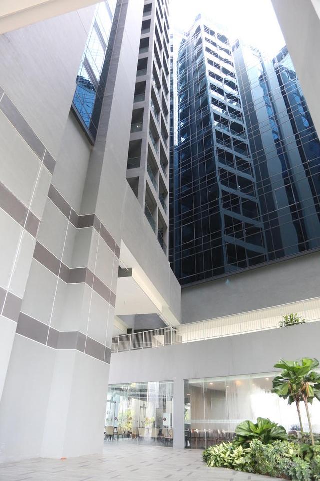 Nạn nhân được cho là ngã từ tầng 15 của khách sạn sau khi cãi nhau với bạn (Ảnh: Straitstimes)
