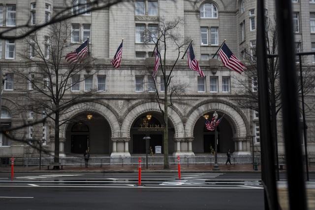 Cờ Mỹ được treo bên ngoài khách sạn Trump International trước ngày ông Trump nhậm chức (Ảnh: WSP)