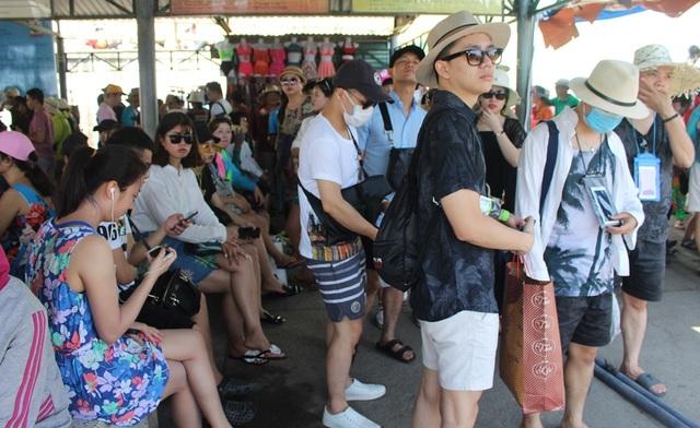 Du lịch biển đảo ở Nha Trang luôn hút khách vào các dịp lễ trong năm