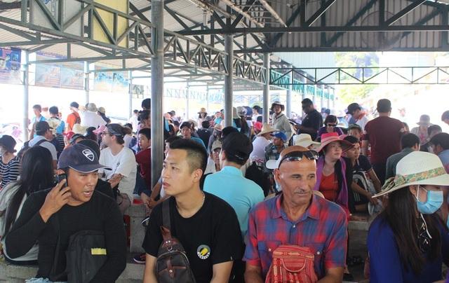 Du khách đợi ca nô đi tham quan các đảo trên Vịnh Nha Trang