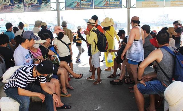 """Nha Trang: Du khách """"chen chân"""" ở bến tàu du lịch dịp lễ 30/4 - 5"""