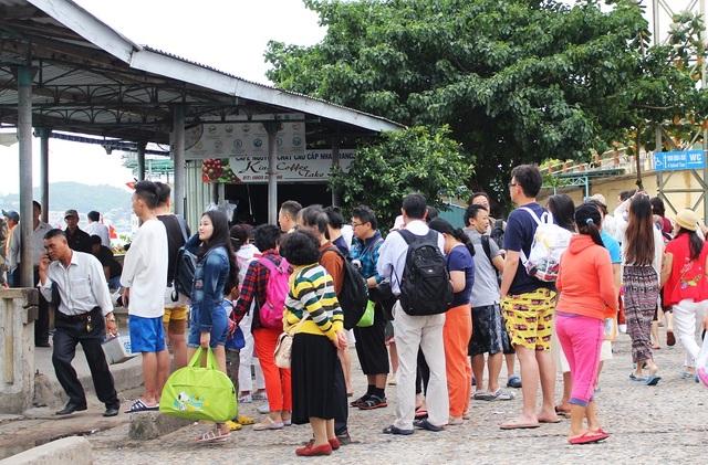 Du khách Trung Quốc ở bến tàu du lịch Cầu Đá (TP Nha Trang), vào đầu năm 2017 - Ảnh: Viết Hảo