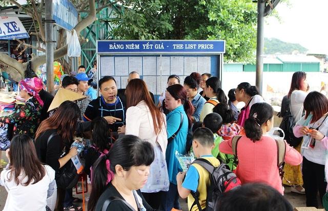 Du khách Trung Quốc đang đứng đầu dòng khách quốc tế đến TP Nha Trang, Khánh Hòa - Ảnh: Viết Hảo