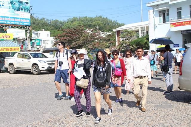 Một nhóm du khách Trung Quốc đang di chuyển xuống bến tàu Cầu Đá, TP Nha Trang, sáng 9/2