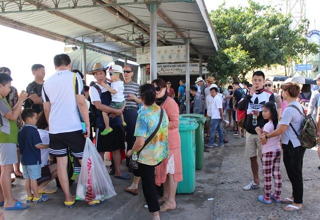 Khách Trung Quốc đang đợi tàu du lịch ở nhà khách bến tàu