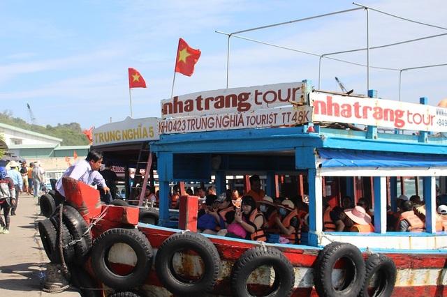 Hiện nay, bình quân mỗi ngày có khoảng 3.000-4.000 khách tới bến tàu du lịch Cầu Đá để tham quan Vịnh Nha Trang, trong đó đa phần khách Trung Quốc