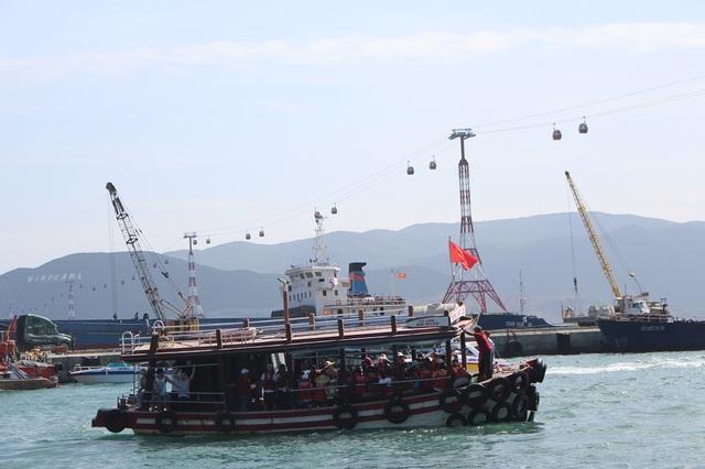Một tàu du lịch di chuyển, đưa du khách đi khám phá biển đảo