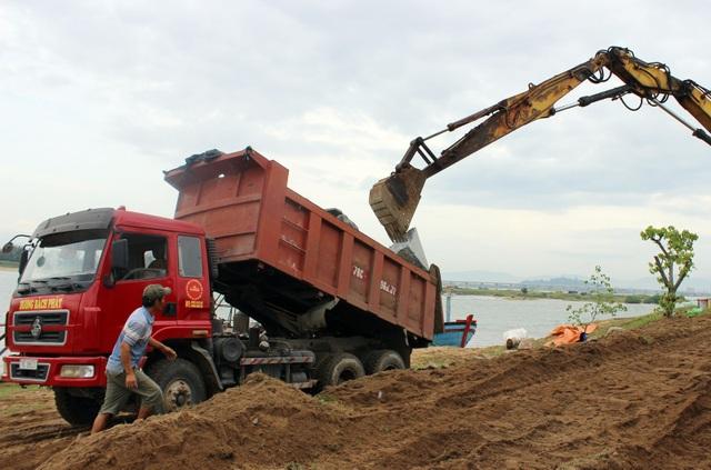 """15.000m3 đá được đưa đến khu vực sạt lở để gia cố """"cứu"""" miếu làng và các công trình bên trong"""