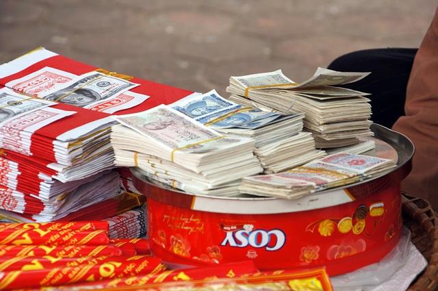 Dịch vụ đổi tiền lẻ trước Chùa Tháp Phổ Minh