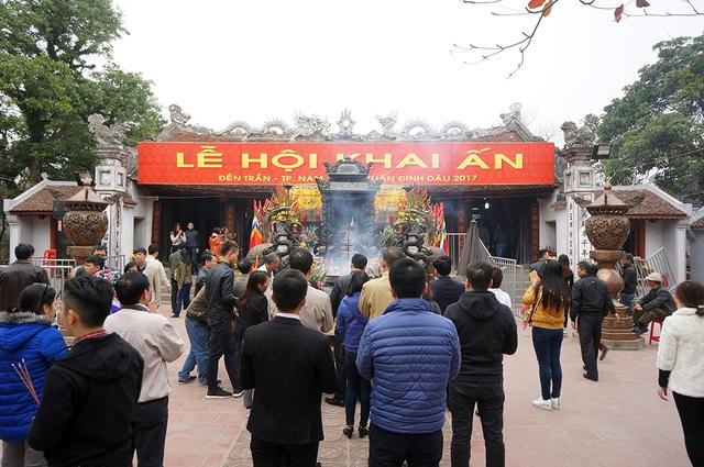 Du khách về đền Trần dâng hương