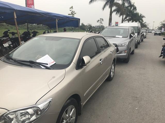 Hàng loạt xe ô tô bị người phát tờ rơi tờ rơi treo tờ quảng cáo trước xe khiến du khách bức xúc