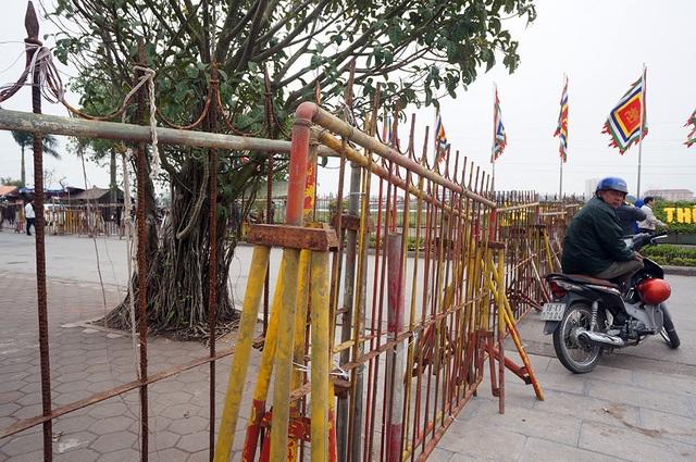 Hàng rào sắt kiên cố được dựng trước đền Thiên Trường.