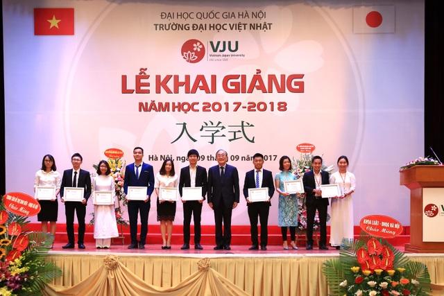 Tại buổi lễ, Trường ĐH Việt Nhật đã biểu dương khen thưởng nhiều học viên xuất sắc của trường khóa I