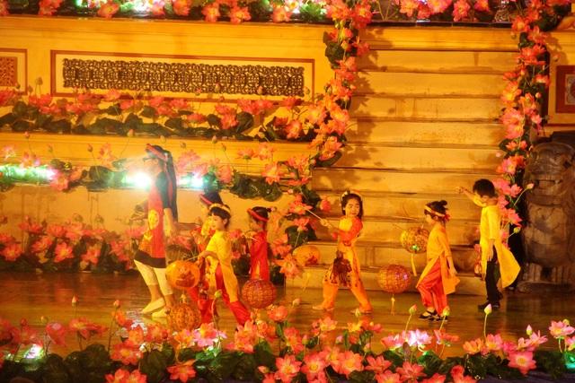 Nhiều em bé lên biểu diễn gợi nhớ tuổi thơ cho mỗi ai