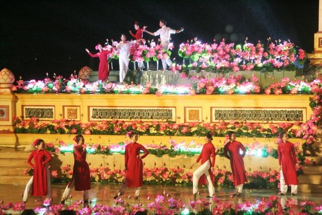 Đêm Khai mạc Festival Nghề truyền thống Huế 2017 đầy cảm xúc với nón lá, áo dài - 12