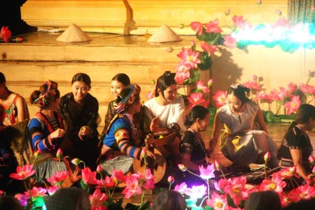 Các nghệ nhân biểu diễn dệt ngay trên sân khấu