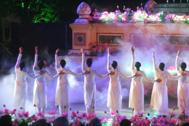 Đêm Khai mạc Festival Nghề truyền thống Huế 2017 đầy cảm xúc với nón lá, áo dài - 7